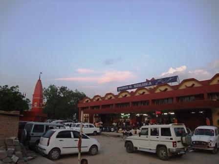 2011 インド旅行 360 ムガールサライ駅 リサイズ.jpg