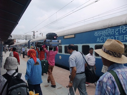 2011 インド旅行 363アーグラー・カント駅 リサイズ.jpg