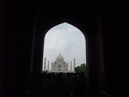 2011 インド旅行 388 南門(ダルワーザー)から見たタージ・マハル リサイズ.jpg