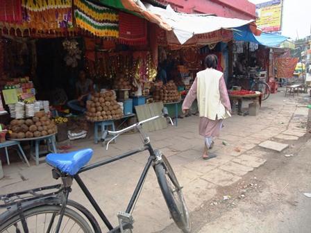 2011 インド旅行 343 ドゥルガー寺院 周辺の商店 リサイズ.jpg
