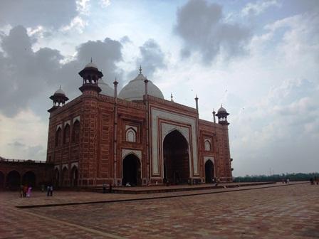 2011 インド旅行 410タージ・マハル内モスク リサイズ.jpg