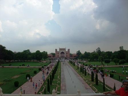 2011 インド旅行 439タージ・マハルから見た正門 リサイズ.jpg
